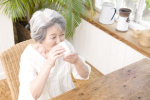 日本茶を飲むシニア女性